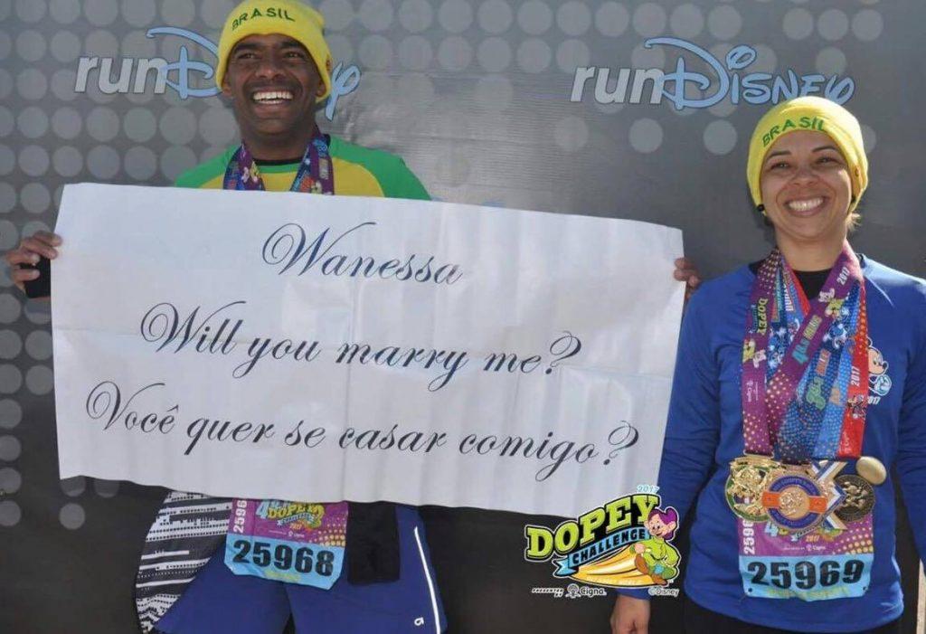 Adriano Gonçalves e Wanessa Silva com a faixa do pedido de casamento
