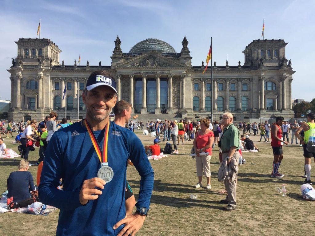 Ike Cruz diante do Palácio do Reichstag, um dos cartões-postais de Berlim