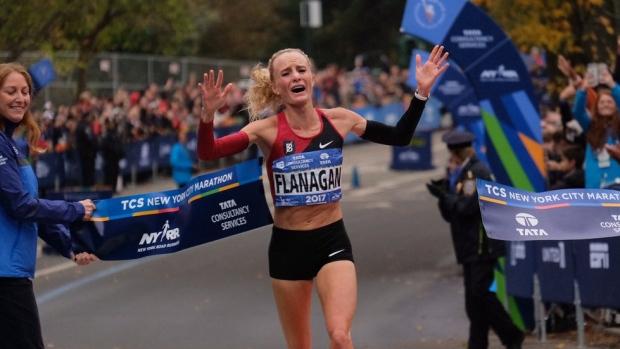 Shalane Flanagan cruza a linha de chegada da Maratona de Nova York, encerrando jejum de 40 anos sem vitória americana