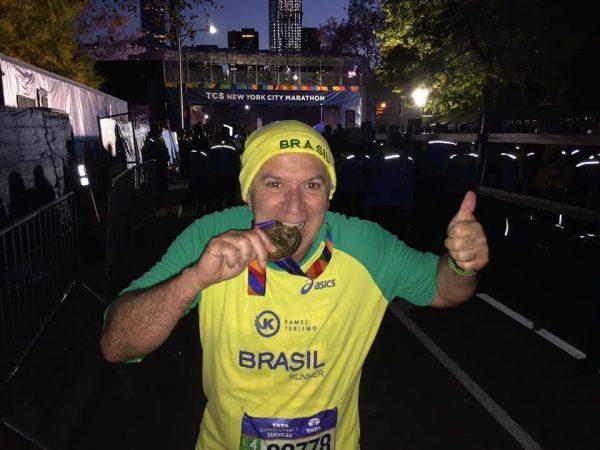 A alegria de Onivaldo Squizzato com a medalha da Maratona de Nova Yotk